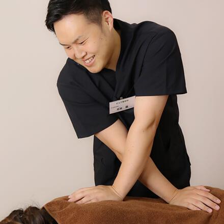 背中や腰に痛みを感じる方は、ピュア整骨院にお問い合わせください。